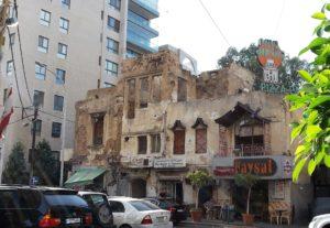 Ein im Krieg zerstörtes Wohngebäude in Koliq, Kosovo, 2004